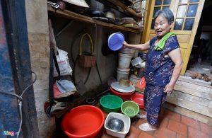 Người dân thôn Tựu Liệt (Tam Hiệp, Thanh Trì, Hà Nội) nhiều năm nay phải dùng nguồn nước ô nhiễm, nước cáu bẩn tuôn ra từ vòi phải đổ ra xô chậu để cặn bẩn lắng xuống dưới