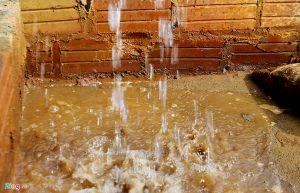 Để có nước dùng cho sinh hoạt hàng ngày, các hộ dân ở đây cũng phải lắp đặt một hệ thống lọc nhiều lớp chi phí tiền triệu và phải sử dụng ít nhất 4 lần lọc nước, phải thường xuyên cọ rửa bể để hạn chế tối đa độ vàng bẩn và tanh hôi