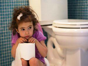 Trẻ bị bệnh tả thường có biểu hiện đi tiêu phân lỏng nhiều, nôn nhiều