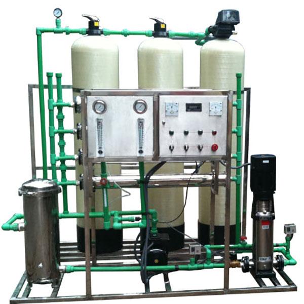 Máy lọc nước RO hoạt động theo cơ chế ngược lại với cơ chế lọc thẩm thấu thông thường